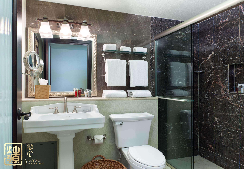 一般来说,在酒店设计中卫生间的墙都是设计成半透明的,甚至全透明的。设计师有这样的设计主要是因为酒店房间一般都比较小,这种通透的玻璃墙设计可以视觉上使房间看起来更大,更宽敞。 还有就是酒店设计中的玻璃墙比较薄,相比传统的实体砖墙能够省出更多的空间,不会占用太多酒店房间面积。  有些客人的节能意识并不是很强。卫生间的灯开了忘记关,玻璃墙能够透光,影响客人睡眠,有助于客人主动关灯,节省能源。 采取玻璃墙设计同样有利于让酒店清洁人员更加清楚的看见哪里没有清理干净,也便于打扫。  当然了,一般透明的玻璃墙卫生间出现